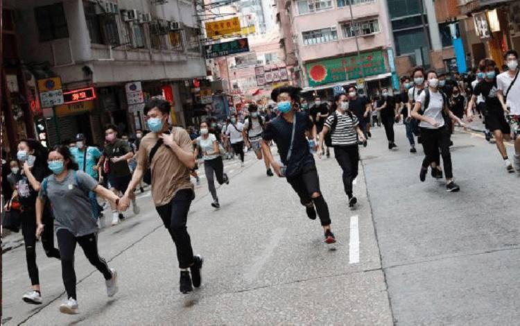 Demonstran anti-pemerintah berlarian saat melakukan aksi unjuk rasa di Hong Kong, 24 Mei 2020. REUTERS/Tyrone Siu