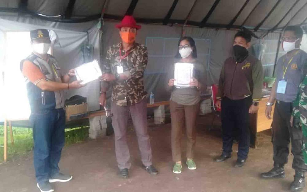 Ketua DPRD Palangka Raya, Sigit K Yunianto (topi merah) menyerahkan bantuan APD ke posko covid-19.