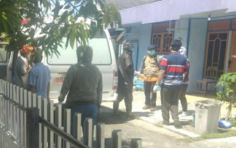 Tim Gugus Tugas saat melakukan penjemputan warga terkait covid-19 di Gang Abadi, Jalan Mahakam Kuala Kapuas pada Senin, 25 Mei 2020