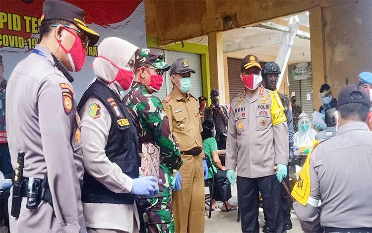 Kapolda Kalteng Irjen Pol Dedi Prasetyo saat melakukan pemantauan rapid test di Pasar Kahayan Kota Palangka Raya, Selasa 26 Mei 2020.