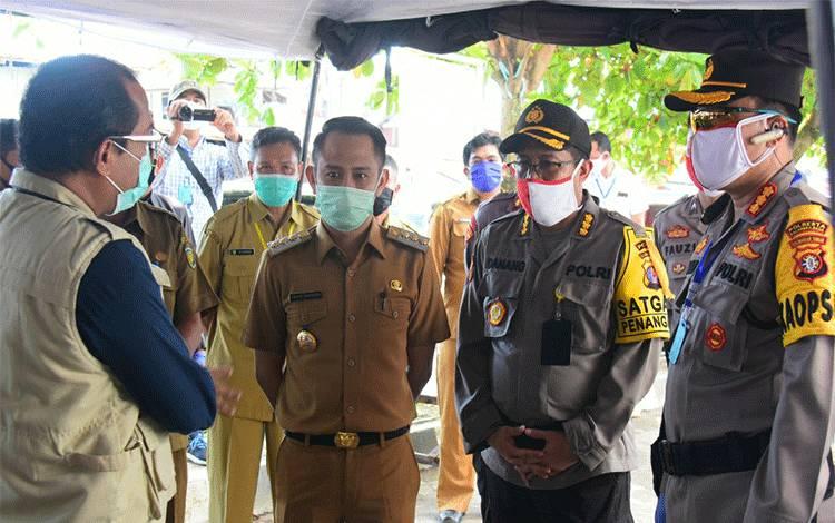 Wali Kota Palangka Raya Fairid Naparin memantau pelaksanaan rapid tes di pasar kahayan, Selasa 26 Mei 2020.