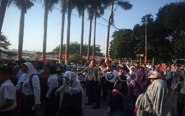 Antrian Calon Peserta Didik Baru (CPDB) yang mendaftar di SMAN 1 Kota Depok, Selasa 18 Juni 2019. TEMPO/Ade Ridwan