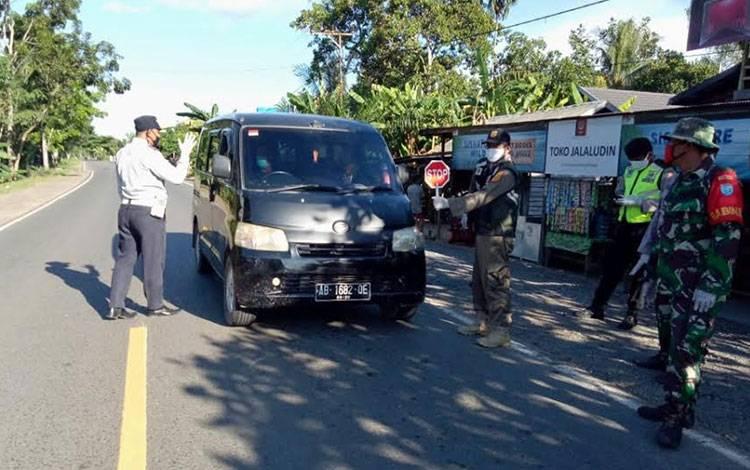 Petugas Poslap tim gugus percepatan penanganan covid-19 Kabupaten Pulang Pisau saat melakukan pemeriksaan terhadap sejumlah pengendara yang melintas, Rabu, 27 Mei 2020