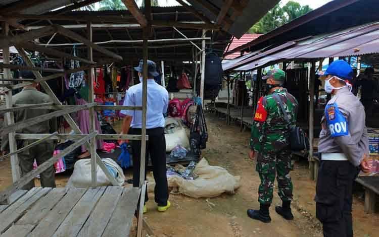 Anggota Polsek Patangkep Tutui beserta aparat pemerintah setempat melaksanakan Pengamanan Kegiatan Penertiban Pasar Mingguan di Desa Bentot, Rabu 27 Mei 2020