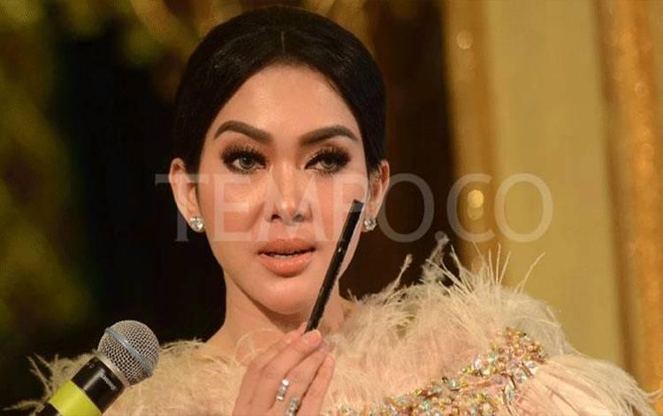 Syahrini menunjukkan salah satu produk kosmetik favoritnya yang termasuk dalam rangkaian Illuminating Make-up dari brand make up Lakme, di Senayan City, Jakarta, 28 Mei 2018. Syahrini memilih empat produk favorit dari Lakme yang dikemas cantik dalam make-up box limited edition. TEMPO/Nurdiansah