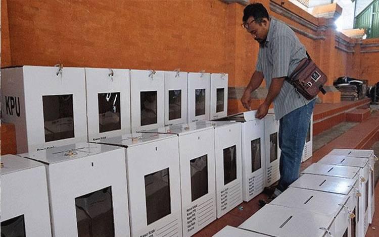 Petugas PPK memeriksa kotak suara saat persiapan rekapitulasi suara Pemilu 2019 di Kecamatan Denpasar Barat, Bali, Sabtu, 20 April 2019. Rekapitulasi suara Pemilu 2019 di tingkat kecamatan di Denpasar akan dilakukan pada 22 April 2019 dengan batas waktu hingga 4 Mei mendatang sehingga selanjutnya bisa diserahkan ke KPU Kota Denpasar. ANTARA/Nyoman Hendra Wibowo