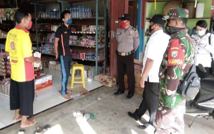 Banbinsa Koramil Koramil 1016-04 Tumbang Talaken, Sertu Dahniar bersama Tim Gugus Tugas Percepatan Penanganan Covid-19 Kecamatan Manuhing saat mengimbau pemudik agar isolasi mandiri.