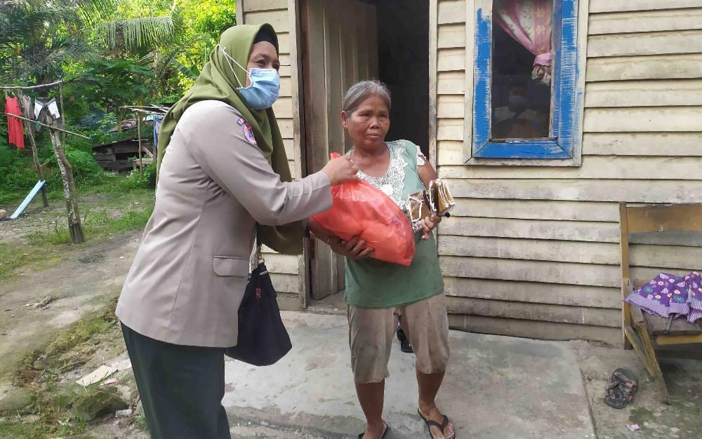 Penyerahan bantuan sembako untuk lansia di tengah pandemi covid-19.