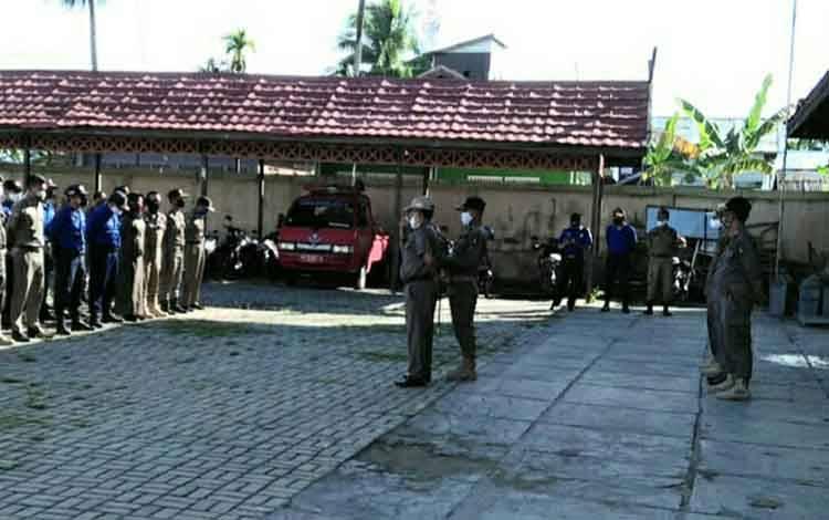 Kepala Satpol PP dan Damkar Kapuas Syahripin saat memberikan arahan kepada para personel nya di halaman kantor setempat.