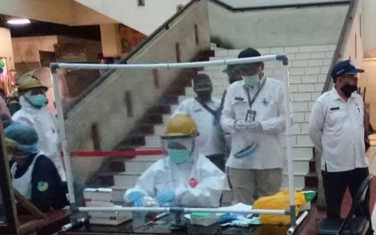 Petugas rapid test pedagang di PPM Sampit. Orang dekat dan karyawan pedagang PPM yang reaktif rapid test akan di rapid test