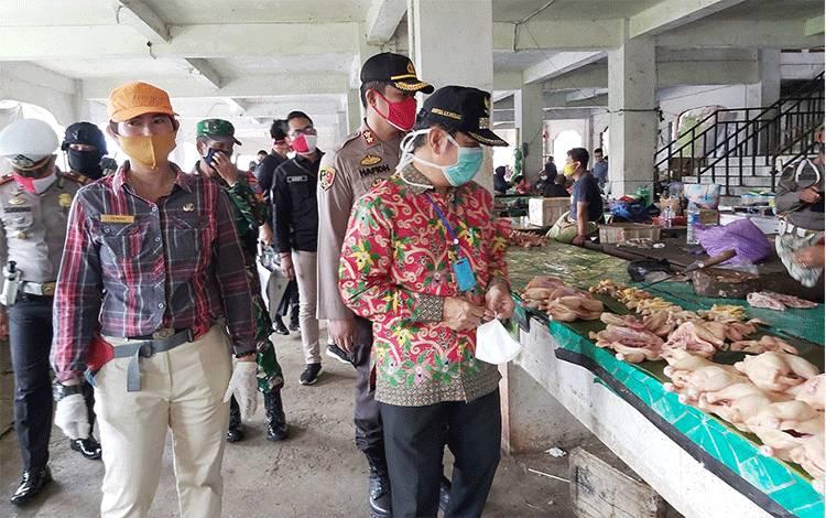 Kepala UPT Pasar Tamiang Layang, Tenny, saat mendampingi Bupati Barito Timur meninjau pasar.
