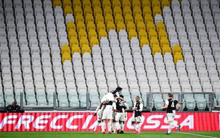 Pemain Juventus berselebrasi di hadapan tribun kosong di Allianz Stadium, Turin, Italia, 8 Maret 2020. Laga Juventus vs Inter Milan digelar tanpa penonton karena virus corona. (foto : Reuters/Massimo Pinca via teras.id)