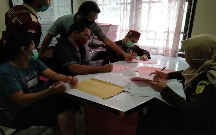 Pelimpahan berkas tahap II di Kejaksaan Negeri Kotawaringin Timur.