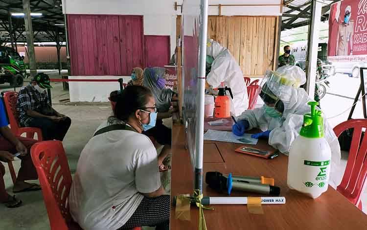 Sejumlah pedagang di Pasar Al Kamal saat rapid test. Sedangkan hasilnya nihil reaktif.