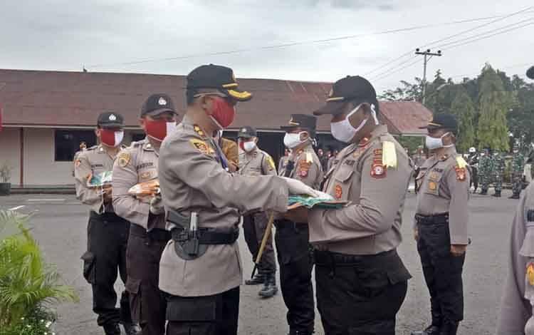 Kapolres Barito Sel AKBP Devy Firmansyah menyerahkan bansos beras secara simbolis kepada kapolsek