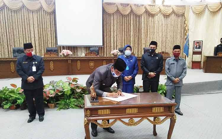 Wakil Bupati Barito Utara, Sugianto Panala Putra menandatangani berita acara persetujuan Raperda Perubahan Perda Nomor 2 Tahun 2016  jadi Perda