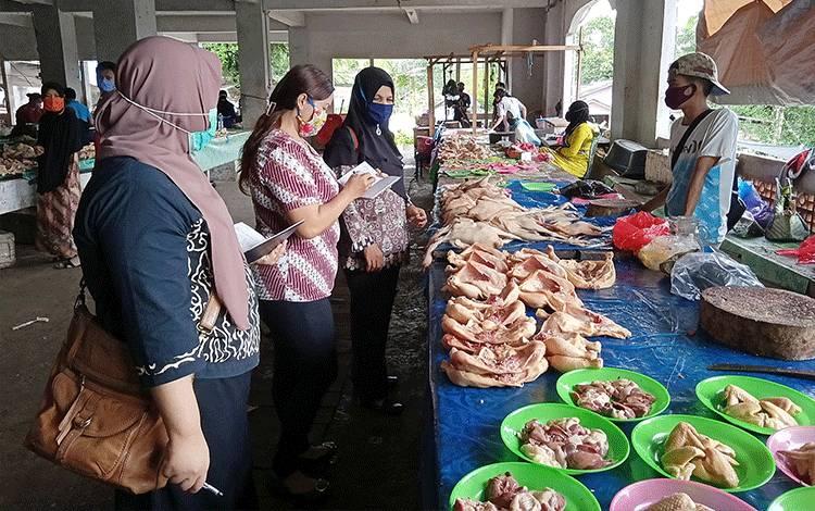Pemantauan harga daging ayam di Pasar Tamiang Layang.