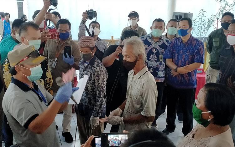 Gubernur Kalteng H. Sugianto Sabaran menyerahkan bantuan secara simbolis kepada warga Kabupaten Gunung Mas di rujab Bupati.