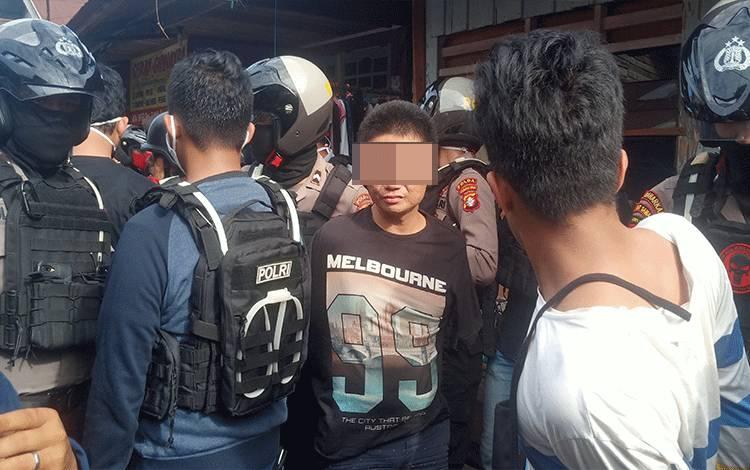 Petugas melakukan penggerebekan di Jalan Hidayah Komplek Puntun Kecamatan Pahandut Kota Palangka Raya, sepasang suami istri dan 1 rekannya turut diamankan.