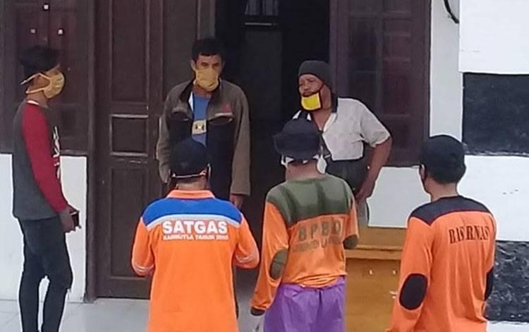 Sejumlah pekerja yang baru dinyatakan positif Covid-19 saat akan memasuki mess desa untuk menjalani karantina beberapa waktu lalu.