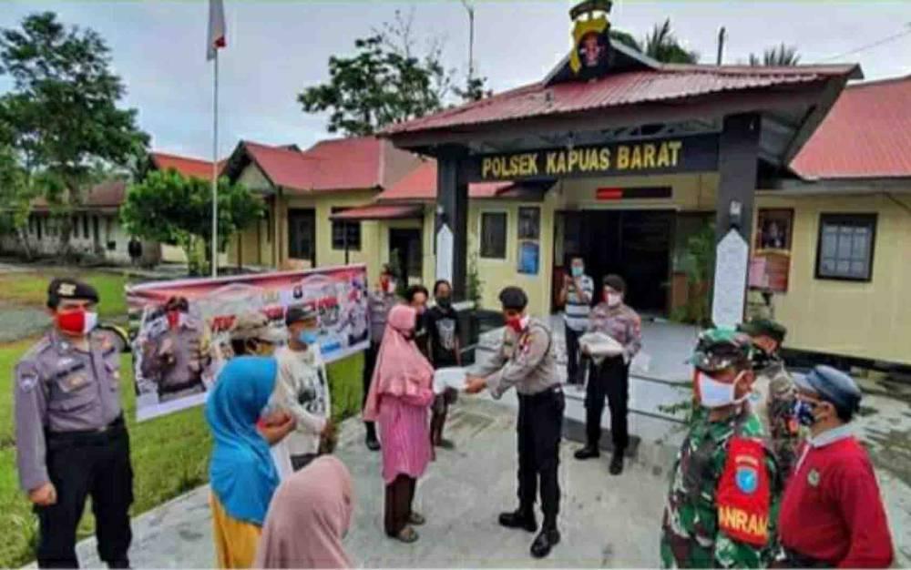 Penyaluran bantuan sosial di Polsek Kapuas Barat dalam rangka peringatan Hari Lahir Pancasila.