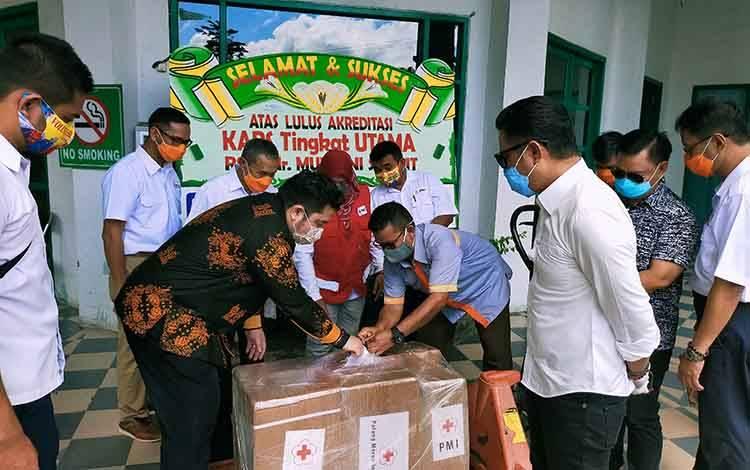 Ketua PMI yang juga Bupati Kotim Supian Hadi kemeja putih saat menyerhakan alat ventilator bantuan PMI Pusat untuk RSUD dr Murjani Sampit.
