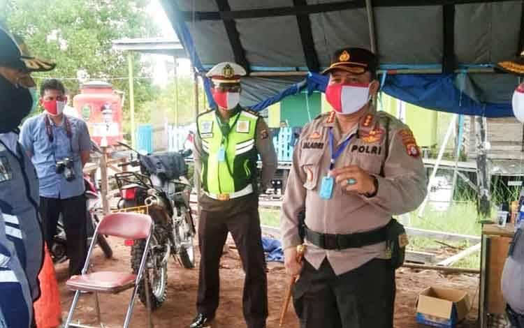Kapolresta Palangka Raya Kombes Dwi Tunggal Jaladri didampingi Kabagops Kompol Hemat Siburian memberikan arahan kepada petugas yang menjaga di pos Kelampangan Kecamatan Sebangau, Sabtu 30 Mei 2020