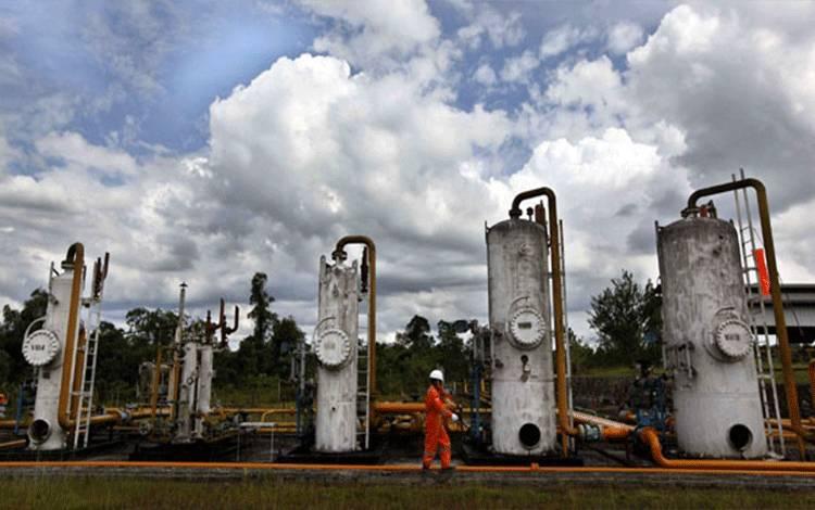 Pekerja berjalan di instalasi stasiun pengumpul gas utama Pertamina EP field Sangasanga, Kalimantan Timur, Rabu (25/1). Produksi gas nasional pertamina EP pada tahun 2011 mencapai 1.070 MMSCFD (juta standar kaki kubik per hari) atau meningkat dari produksi gas pada 2010 yang sebesar 1.054 MMSCFD. TEMPO/Aditia Noviansyah