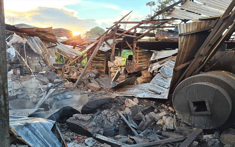 Kondisi pabrik di Jalan Pasanah Gang Rus, Kelurahan Sidorejo, tahu porak poranda setelah ketel meledak.