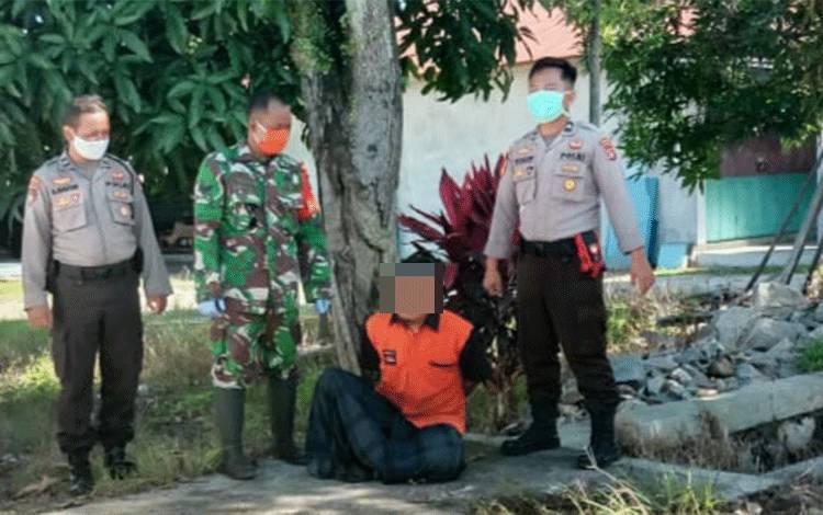Petugas mengamankan Mus, orang gila, di Jalan Hiu Putih XIX Kecamatan Jekan Raya, Kota Palangka Raya, Minggu 31 Mei 2020.