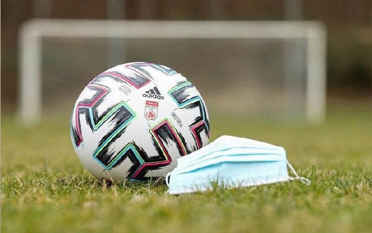 Ilustrasi sepak bola di tengah pandemi virus corona. (Twitter@OEFBL)