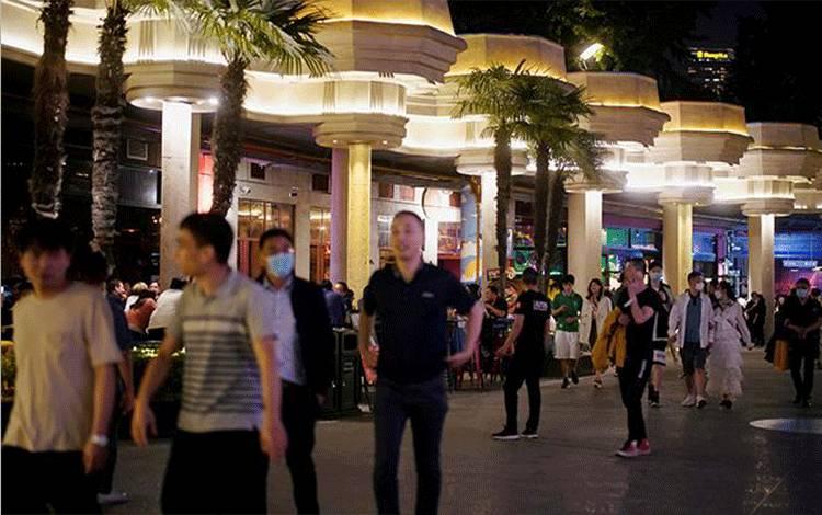 Pengunjung mengenakan masker di sebuah bar setelah dibuka kembali lockdown akibat wabah Virus Corona di Shanghai, Cina, 22 Mei 2020. REUTERS/Aly Song
