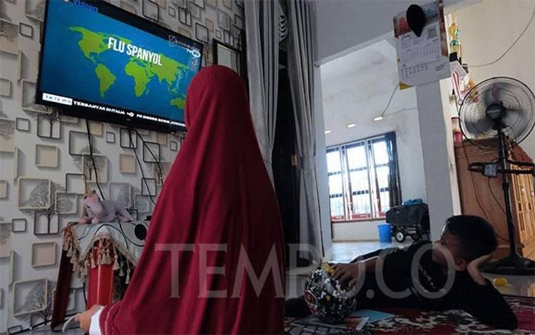 Siswa belajar melalui saluran TVRI saat masa belajar dari di rumah di Jakarta, Senin, 13 April 2020. Lewat program belajar yang ditayangkan di TVRI, diharapkan siswa tak ketinggalan pelajaran meskipun hampir sebulan tidak bersekolah.  TEMPO/Subekti.