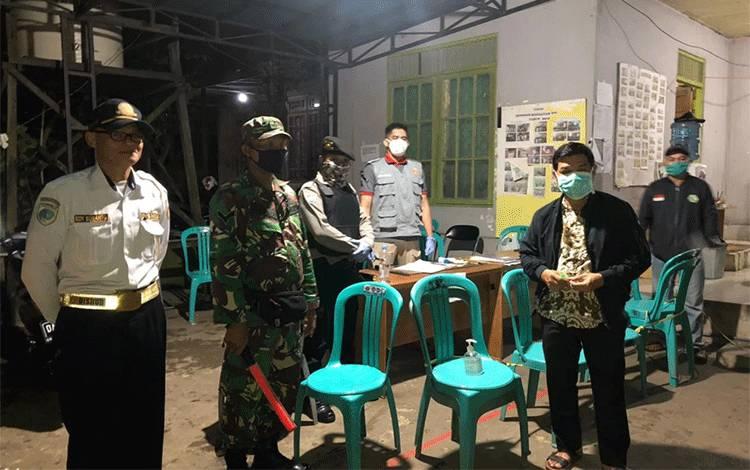 Bupati Barito Timur Ampera AY Mebas (jaket hitam) saat mengunjungi posko Covid-19 beberapa waktu lalu.