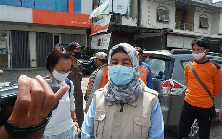 Ketua Harian Gugus Tugas Percepatan Penanganan Covid-19 Kota Palangka Raya Emi Abriyani, menyampaikan jumlah positif Covid-19 di pasar besar.