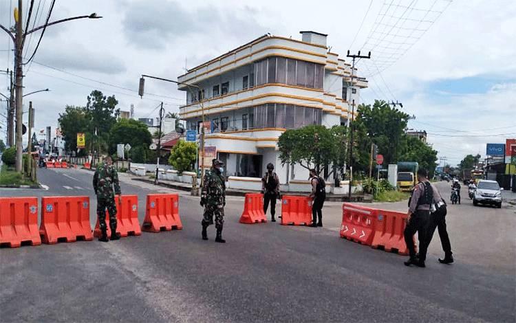 Para petugas gabungan saat mempersiapkan pengalihan arus lalu lintas yang hendak ke pasar besar, Senin 1 Juni 2020.