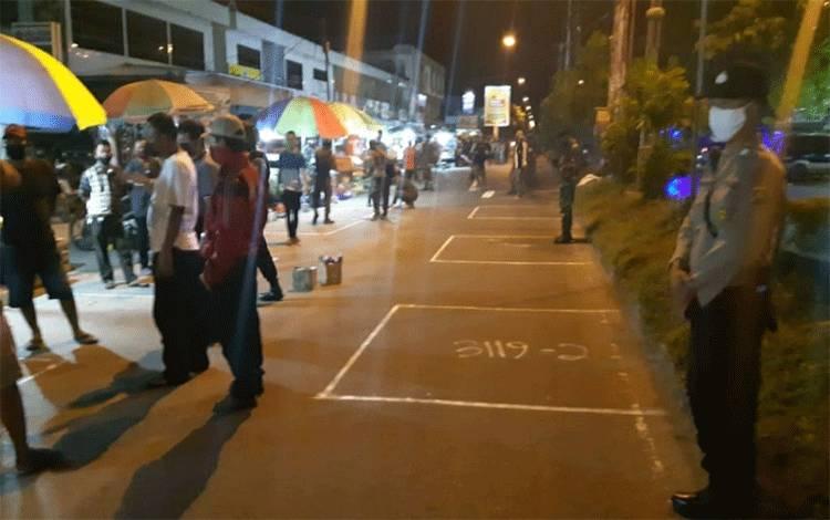 Gugus tugas memasang lapak di Jalan Ahmad Yani untuk ditempati pedagang.