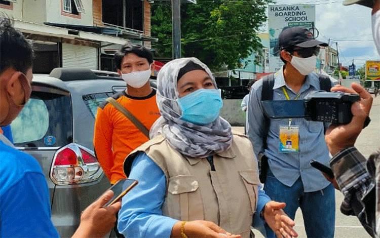 Ketua Harian Gugus Tugas Percepatan Penanganan Covid-19 Kota Palangka Raya Emi Abriyani, menjelaskan penyebab pedagang pasar besar terpapar virus corona.