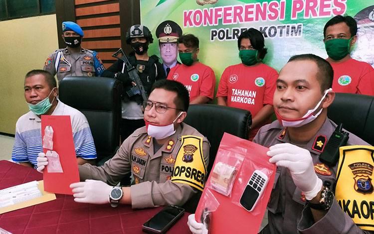 Kapolres Kotim AKBP Abdoel Harris Jakin saat ekspos kasus narkoba menyatakan akan menindak tegas bagi siapa saja bermain narkoba, sekalipun pejabat penting.