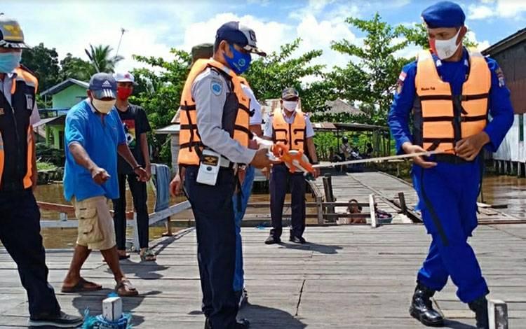 Petugas Dishub dan Satpolair Polres Cek Feri penyeberangan di Kuala Kapuas pada Senin, 1 Juni 2020.