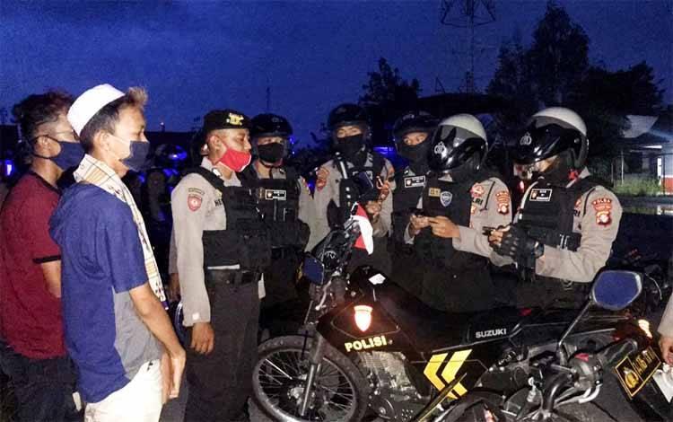 Anggota Ditsamapta Polda Kalteng menganka 2 anak muda saat melakukan balapan liar di kawasan Temanggung Tilung, Senin 1 Juni 2020
