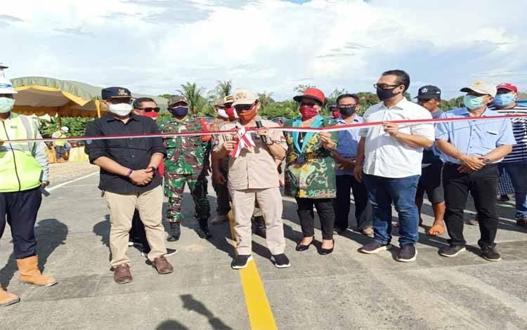 Bupati Katingan, Sakariyas memotong pita pada uji coba open traffic Jembatan Tumbang Samba, Senin, 1 Juni 2020