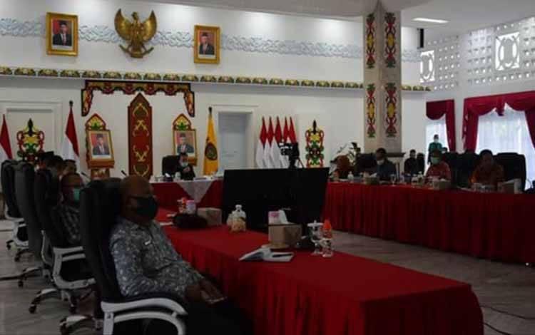 Gubernur Kalteng mengikuti rapat terbatas dengan Menteri Koordinator Bidang Perekonomian, Airlangga Hartanto melalui video conference