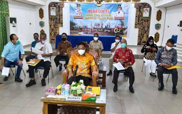 Bupati Pulang Pisau Edy Pratowo dan sejumlah kepala SOPD mengikuti video conference rapat terbatas membahas pengembangan food estate