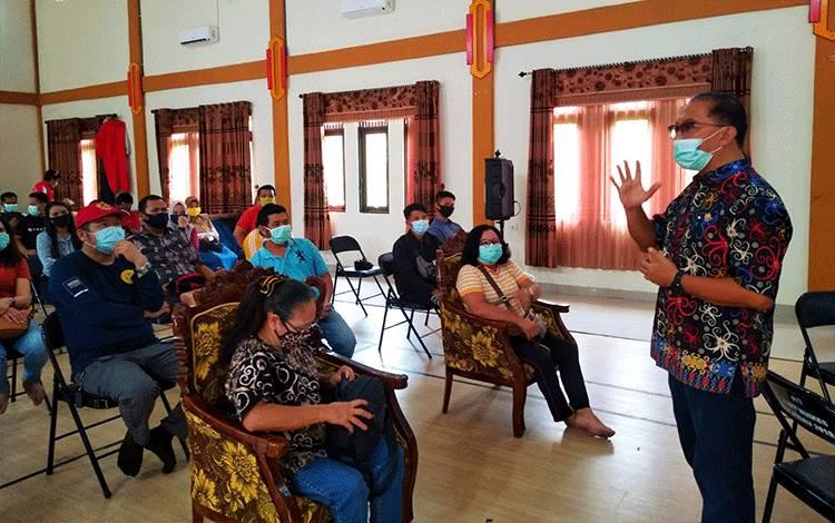 Juru bicara gugus tugas penanganan covid-19 Kabupaten Pulang Pisau, dr Muliyanto Budihardjo saat memberikan penjelasan kepada peserta yang dirapid tes harus siap dikarantina ketika hasil tesnya reaktif, Selasa, 2 Juni 2020.