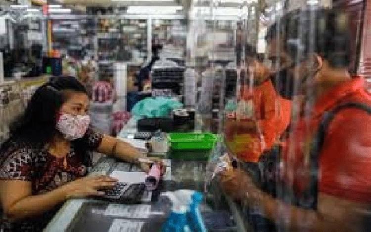 Seorang pedagang tampak melayani seorang pembeli di Manila, Filipina, pada 1 Juni 2020 setelah pelonggaran lockdown Coroba oleh pemerintah. Reuters