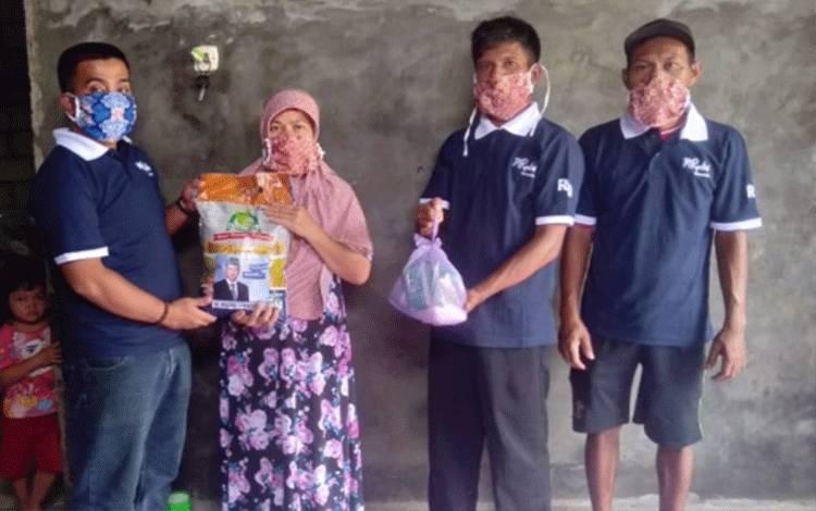 Paket sembako yang dibagikan kepada warga dari Wakil Ketua DPRD Kotim M Rudini Darwan Ali.