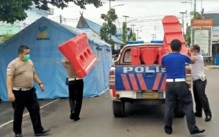 Personel Satlantas Polres Kapuas saat mendistribusikan barikade / orange box pada sejumlah pos PSBB di Kuala Kapuas