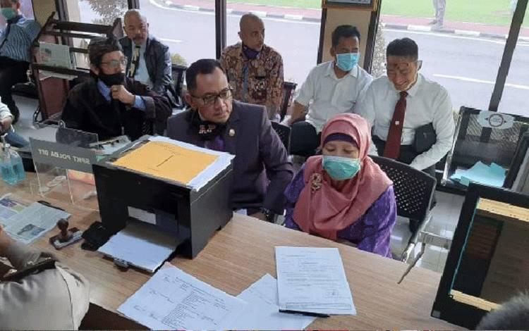Guru besar hukum tata negara Universitas Islam Indonesia Yogyakarta, Nimatul Huda melaporkan teror dan ancaman terhadap dirinya ke Kepolisian Daerah Yogyakarta pada hari ini, Selasa, 2 Juni 2020. Nimatul merupakan pembicara diskusi 'Pemberhentian Presiden'. (Istimewa)