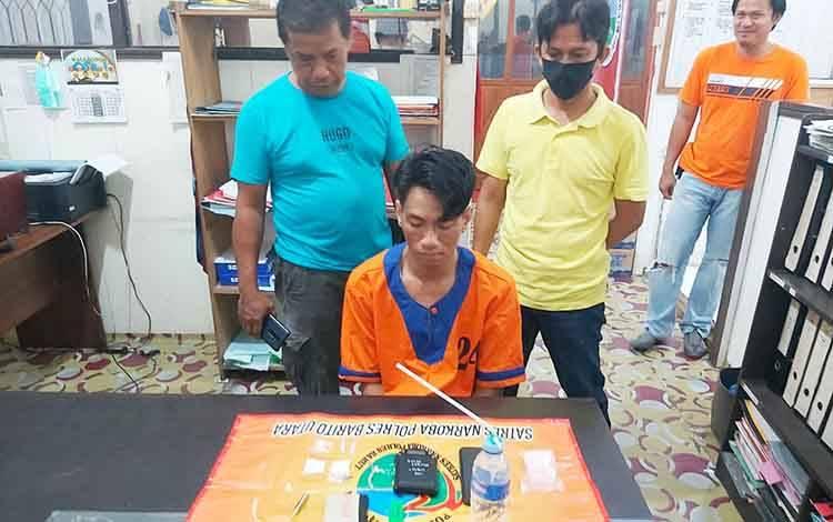 Tersangka Jamal saat diamankan di rumah Jalan Srikaya, Kelurahan Lanjas, Kecamatan teweh Tengah, Kabupaten Barito Utara karena memiliki sabu